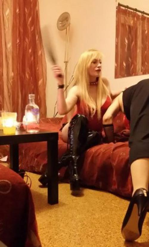 Domina Erica crossdressing-strap on
